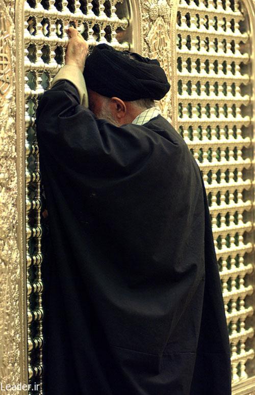 تصاویر دیده نشدهای از مقام معظم رهبری در زیارت حرم مطهر امامرضا (ع)