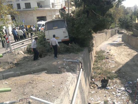 واژگونی خونبار اتوبوس مسافربری در پایتخت/ 17 خانم مجروح شدند + تصاویر