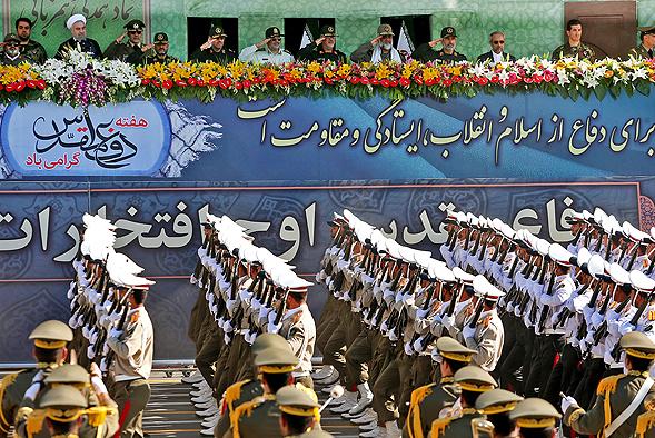 یگانهای پیاده ارتش جمهوری اسلامی ایران از مقابل جایگاه رژه رفتند