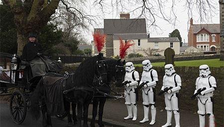 یکی از جالبترین خاکسپاری ها به شیوه جنگ با ستارگان + عکس