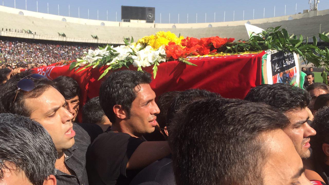 از روسری قرمز همسر هادی نوروزی تا جمعیت 100 هزار نفری در استادیوم آزادی