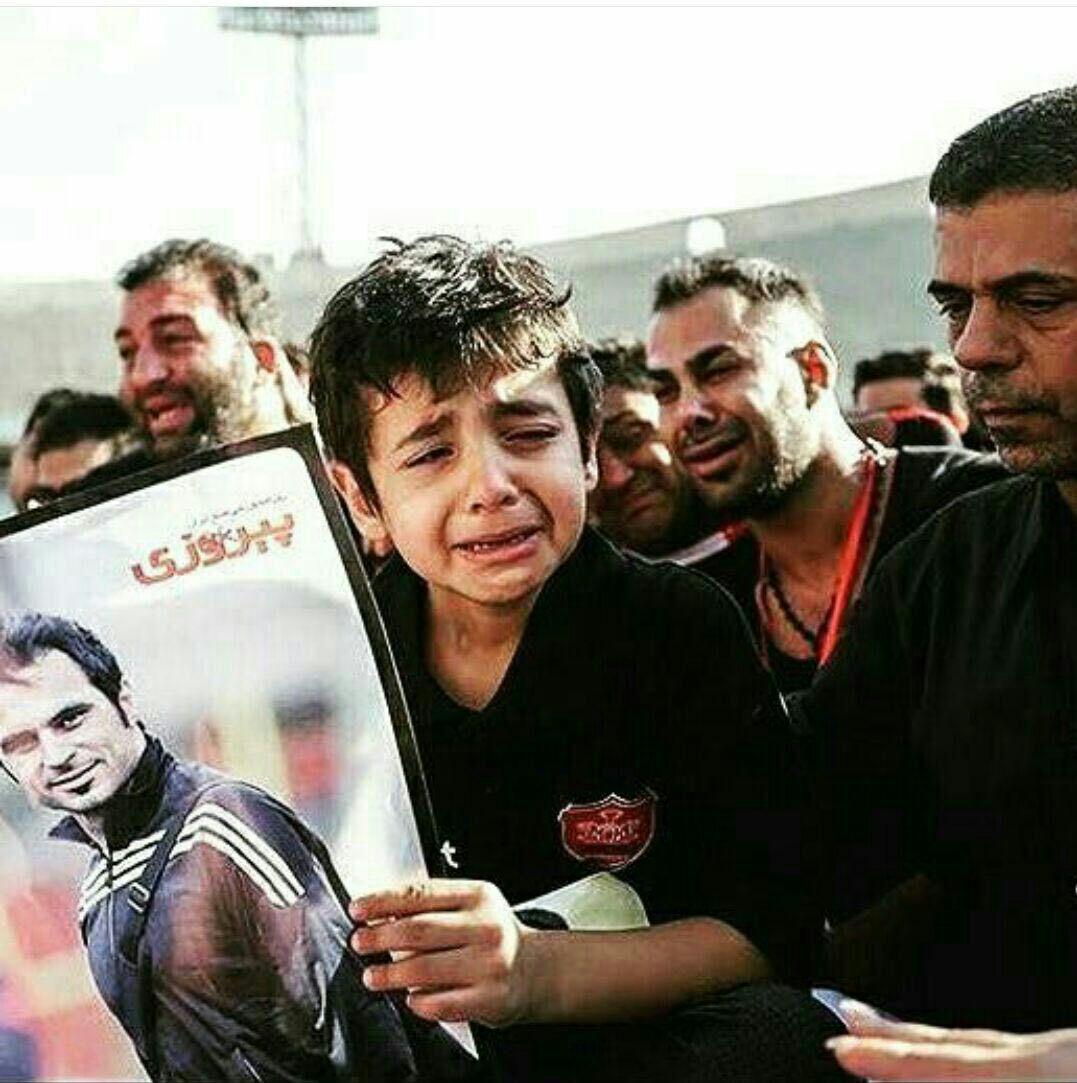 اشک های پسر کاپیتان در مراسم تشییع پدر