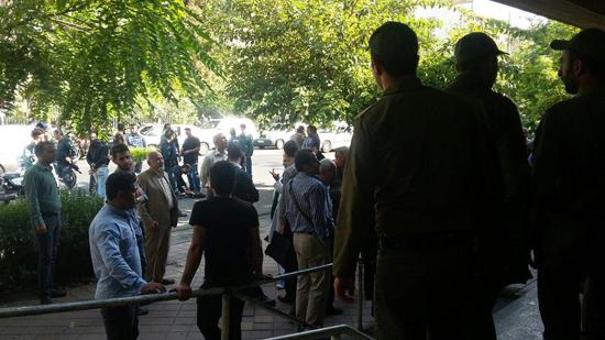 بابک زنجانی وارد دادگاه شد/ 7 خودروی پلیس اسکورت میلیاردر نفتی + عکس