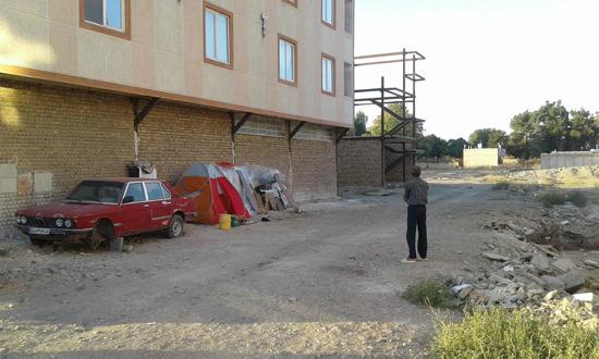 چادرنشینی خانوادهای سه نفره در یکی از کوچههای شهر + تصاویر