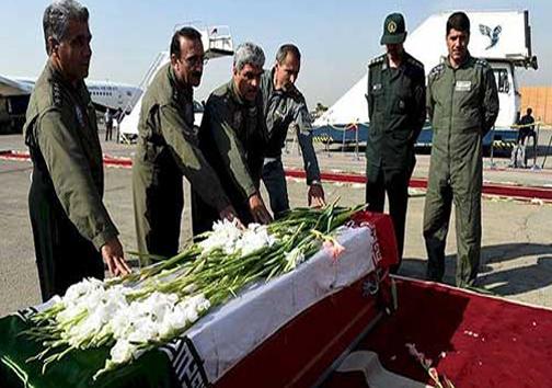 فاتحه خوانی خلبانان ارتش بر تابوت کشته شدگان منا