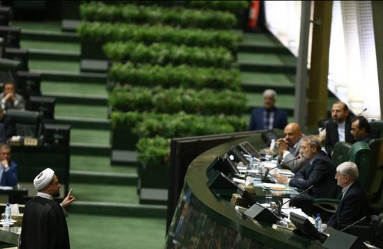 رسایی: آقای آخوندی! کیست که نداند سیاسیترین وزیر کابینه شما هستید؟/ آخوندی: هیچ پروژهای را تعطیل نکردم