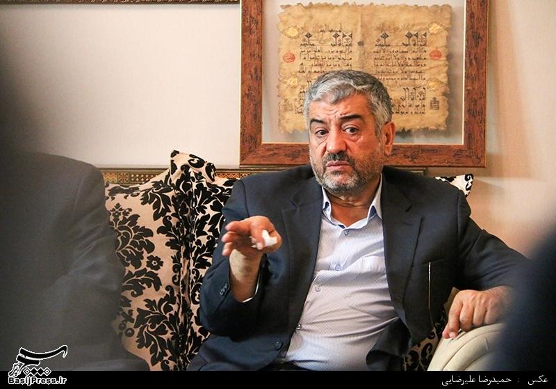 حضور فرمانده کل سپاه در منزل سردار همدانی پس از اعلام خبر شهادت