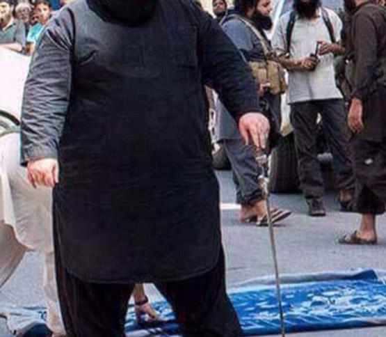 داعش با بولدوزر گردن میزند+ تصاویر