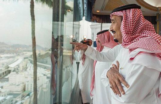 ملک سلمان در حال تماشای حجاج در منا+ عکس