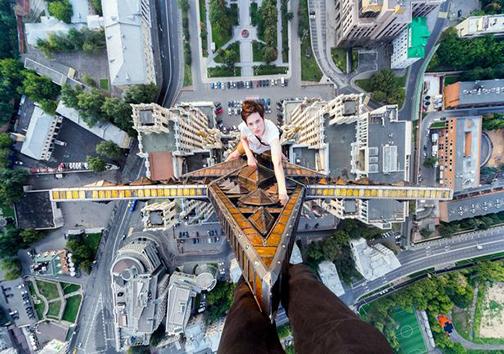 صعود به آسمان خراش 156 متری تنها با یک طناب + عکس
