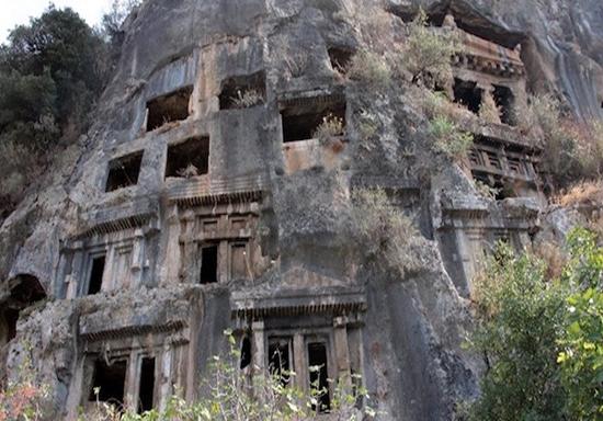 تبدیل مقبرههای 2400 ساله به زبالهدان