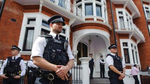 پلیس لندن به نگهبانی از محل زندگی آسانژ پایان میدهد