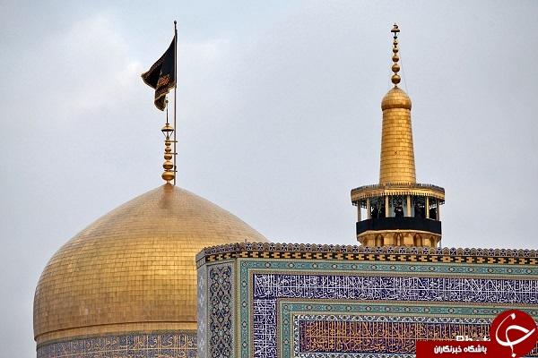 پرچم عزای حسینی بر فراز گنبد مطهر رضوی افراشته شد + عکس