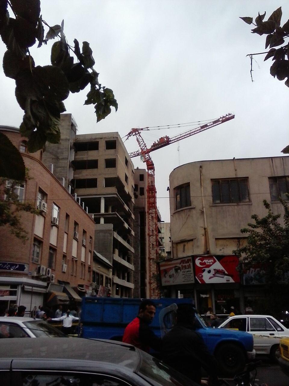 سرهنگ مرادی:ترافیک سنگین در پی واژگونی جرثقیل در خیابان خیام/ملکی:حادثه تلفات و مجروح نداشت+عکس