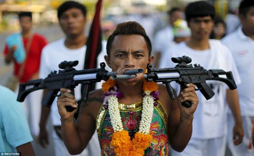 خوشه ای از سلاح در صورت+ تصاویر