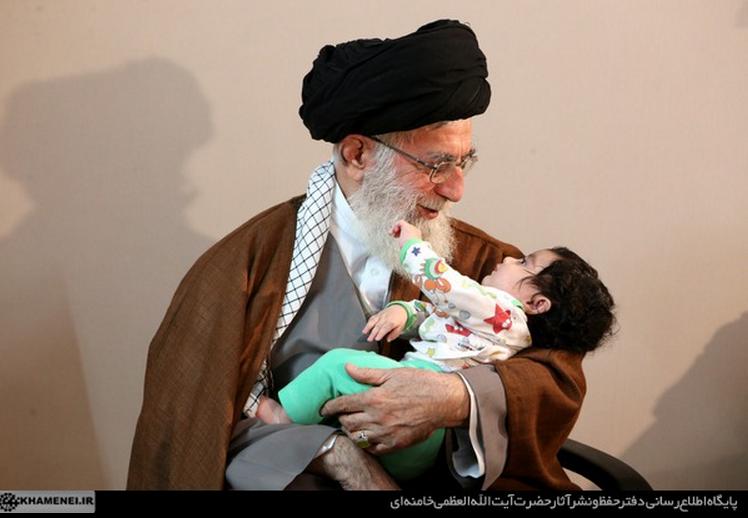 نوه سردار شهید همدانی در آغوش رهبر انقلاب + عکس