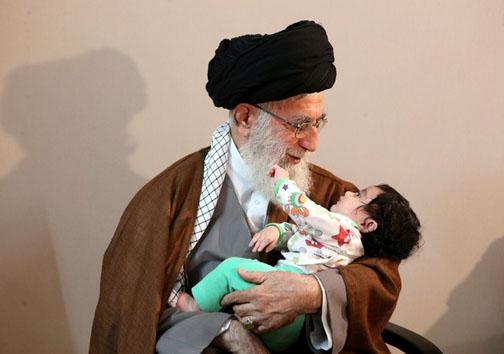 نوه سردار شهید همدانی در آغوش رهبر معظم انقلاب