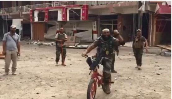 ابو عزرائیل با دوچرخه به شکار داعشیها رفت!