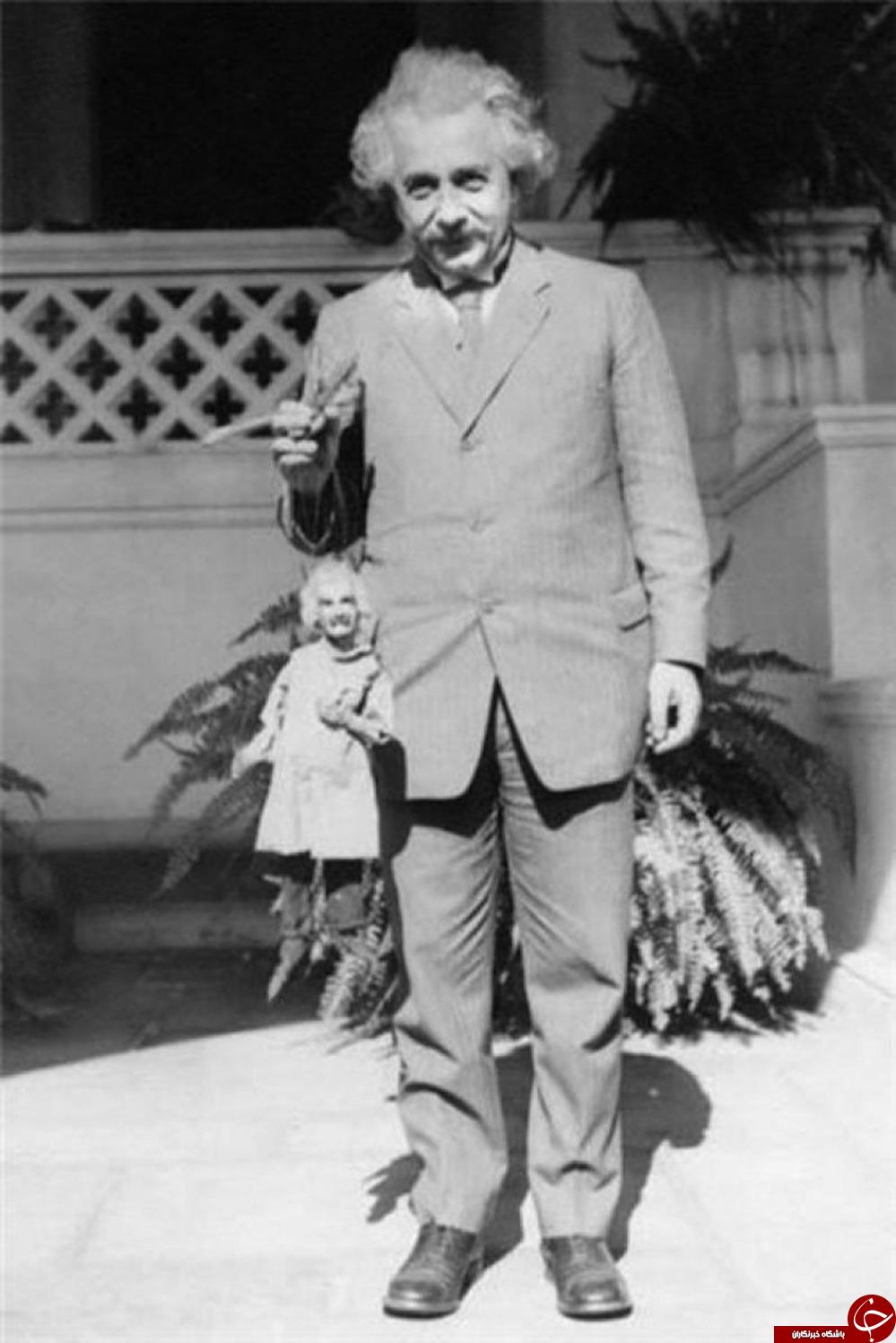 آلبرت انیشتن به همراه عروسکش+عکس