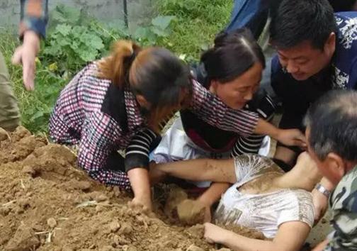 عکس؛ زنی که در خیابان زنده به گور شد!