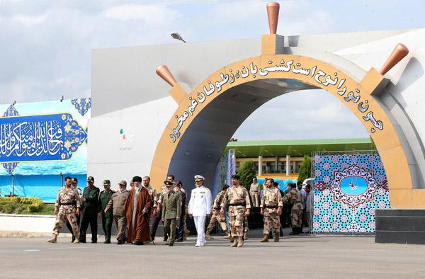 حضور رهبر معظم انقلاب در مراسم تحلیف دانشآموختگی دانشجویان افسری ارتش در دانشگاه امام خمینی(ره)