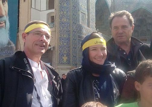 سربند لبیک یا خامنه ای بر سر توریست ها در اصفهان + تصویر