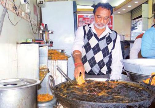 آشپزی که بهجای قاشق با دستانش غذا را هم میزند! + تصاویر