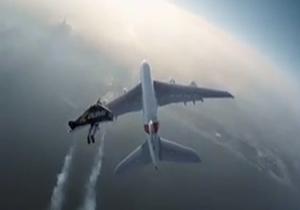 پرواز انسان در کنار بزرگترین هواپیمای جهان + فیلم