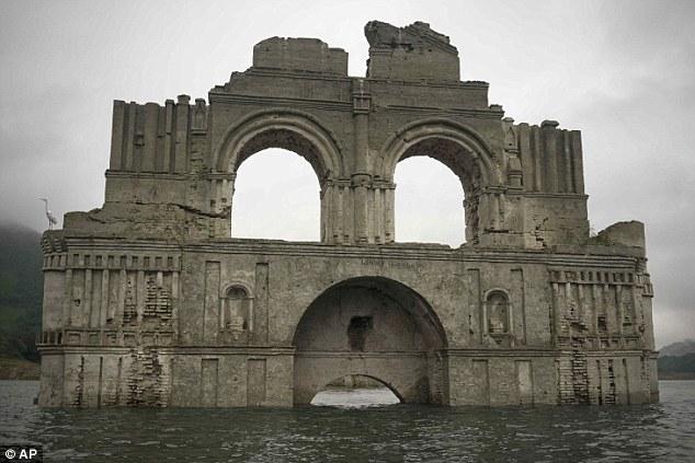 کاخ قربانیان طاعون در مکزیک از زیر آب خارج شد + تصاویر
