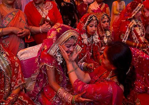 جشن عروسی  پُر زرقوبرق، هدیهای برای زوج تنگدست + تصاویر