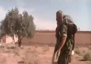 مرد افسانه ای ارتش سوریه در حال حمل مجروح در جنگ با داعش + فیلم