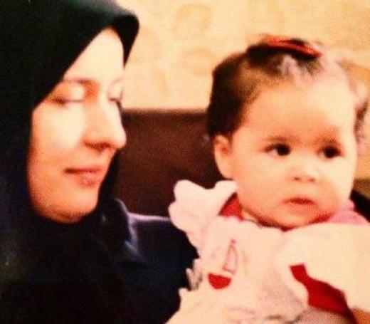 تصویر ملیکا شریفینیا 29 سال پیش در آغوش آزیتا حاجیان
