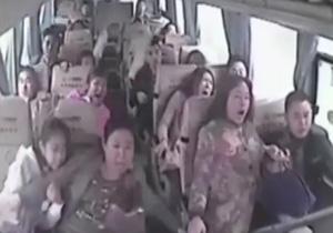 فیلم لحظات رعب آور سقوط اتوبوس به دره