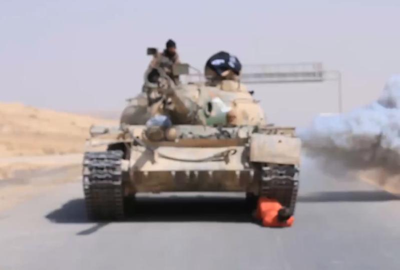 3718307 854 داعش یک نظامی سوری را با تانک اعدام کرد