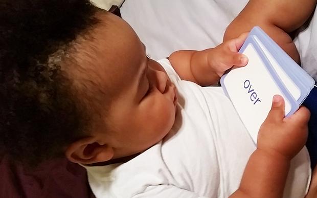 کودک 19 ماه که میتواند بخواند