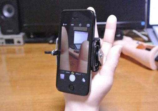 اختراع پایه عکاسی گوشی به شکل دست انسان +تصاویر