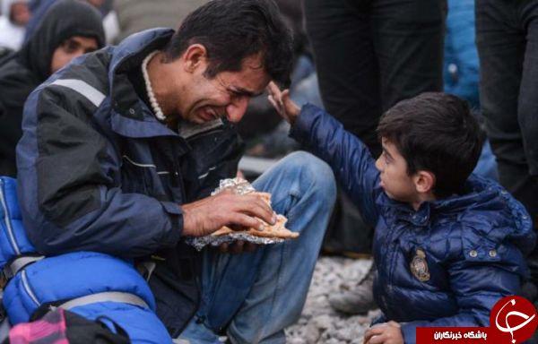 گریه پدر سوری مقابل چشمان پسرش +عکس