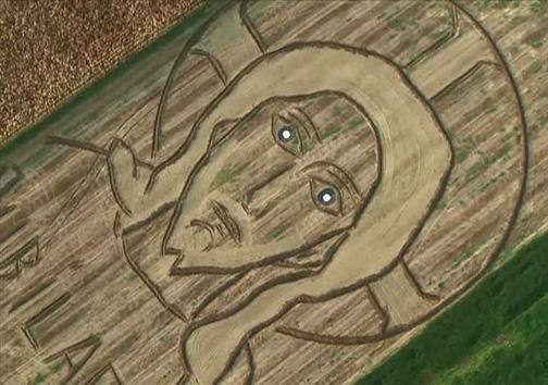 طراحی چهره عیسی مسیح (ع) روی زمین کشاورزی + تصویر