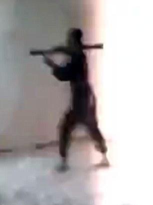 حماقت خندهآور یک داعشی در هنگام پرتاب آرپیجی + تصاویر
