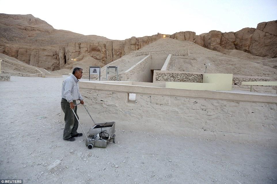 مصریهای در کنکاش برای تخریب دیوار مقبره باستانی + تصاویر