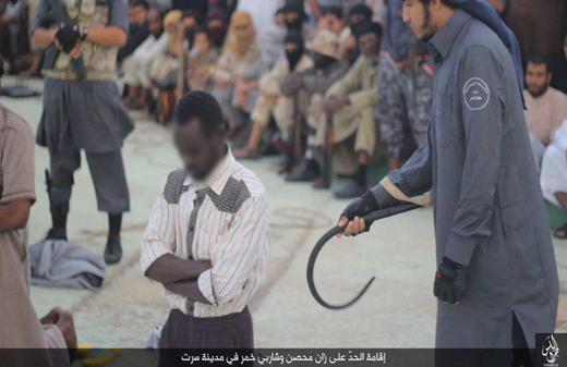 عکس/مجازات عجیب داعش برای متهمان شرب خمر در لیبی با شلاق