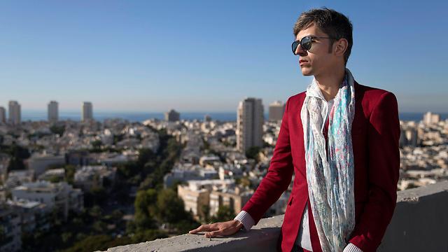 شاعر همجنسگرای ایرانی بر فراز آسمان خراش های اسرائیل + تصاویر