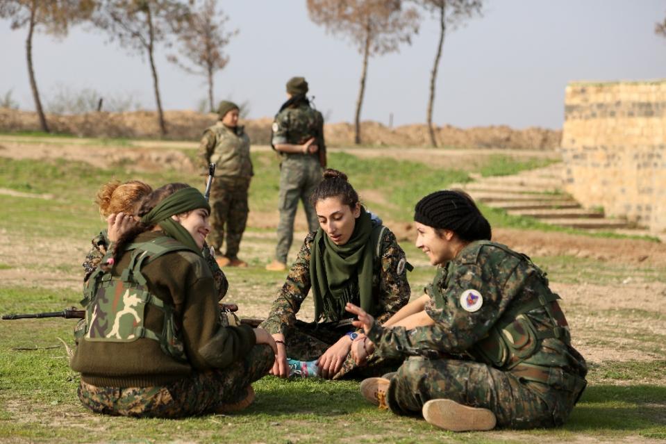زنان مسیحیِ سوریه به جنگ داعشی های بی رحم می روند+ تصاویر