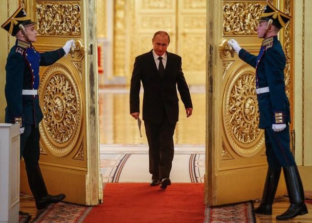 گزارش انبیسی نیوز: چرا پوتین غیرعادی راه می رود؟ + تصاویر