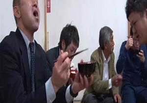 در این مراسم مردان باید تا حد مرگ غذا بخورند! + تصویر