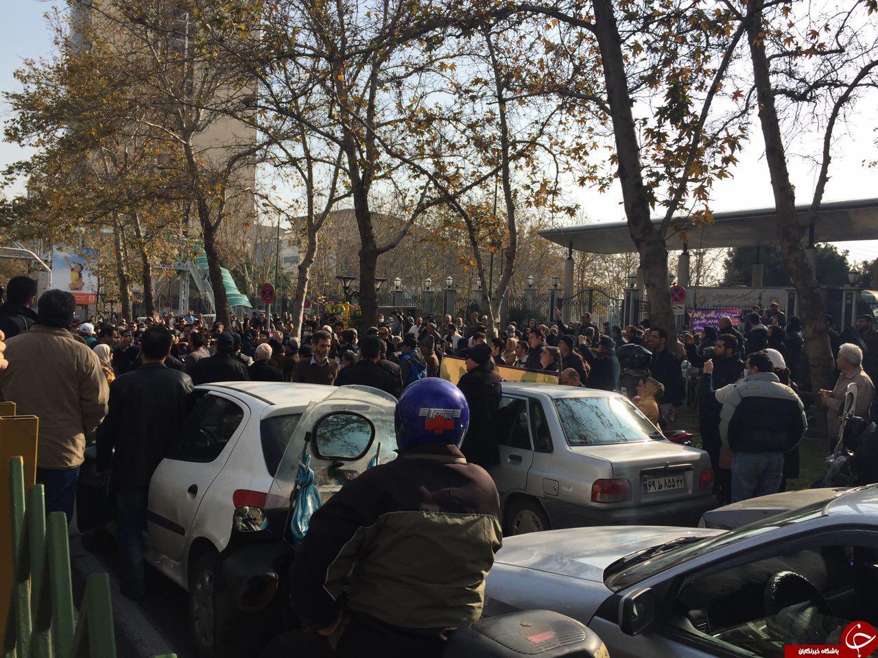 تجمع سپرده گذاران کاسپین مقابل بانک مرکزی (فیلم) .