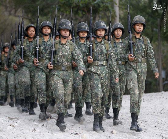 استفاده از موز برای اجبار زنان ارتش فیلیپین در نشستن + عکس