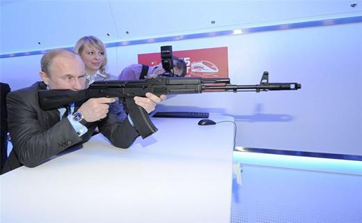 پوتین دست به اسلحه شد +تصاویر