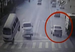 معلق شدن خودروها در هوا به علتی نامعلوم + فیلم