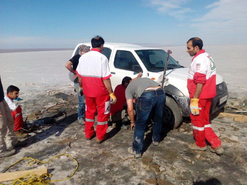 4324157 416 3 ساعت تلاش جهت نجات یک خانواده در کویر+تصاویر
